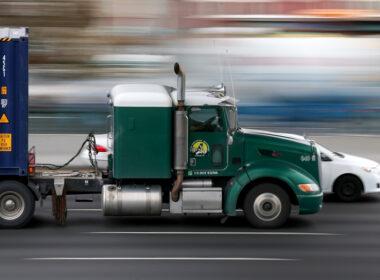 """8 nguyên tắc """"sống còn"""" khi chạy cạnh xe container, xe tải nặng"""
