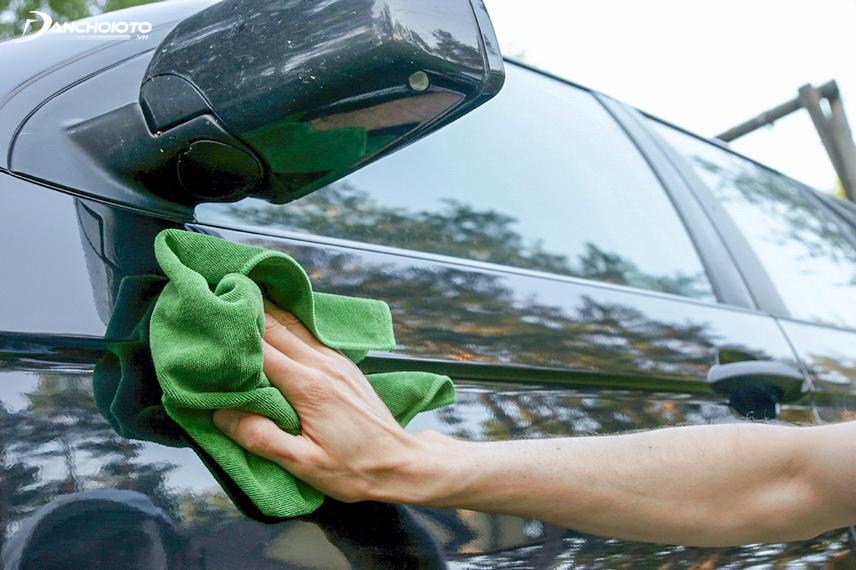 Để sơn xe luôn bóng đẹp, chủ xe cần thường xuyên làm vệ sinh bên ngoài cho ô tô