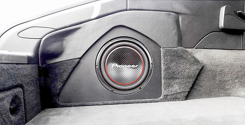 Compact subwoofer easy to install on the car