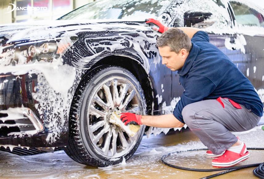 Rửa xe đúng cách để giữ cho lớp sơn xe luôn sáng bóng