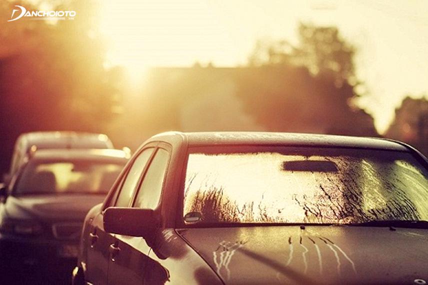 Tránh đỗ xe dưới nắng nóng để bảo vệ cần gạt mưa và các chi tiết ngoại thất