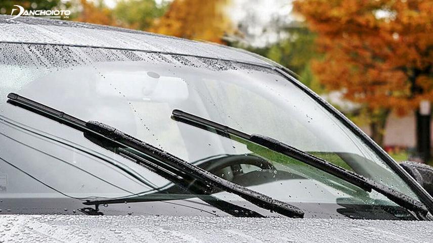 Cần gạt mưa dọn sạch nước đọng trên kính chắn gió cabin