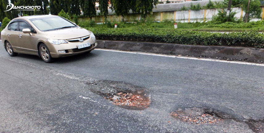 Cần trang bị kỹ năng lái xe an toàn khi qua đường nhiều ổ gà
