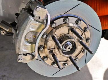 Dấu hiệu nhận biết phanh xe ô tô đang gặp vấn đề và cách khắc phục
