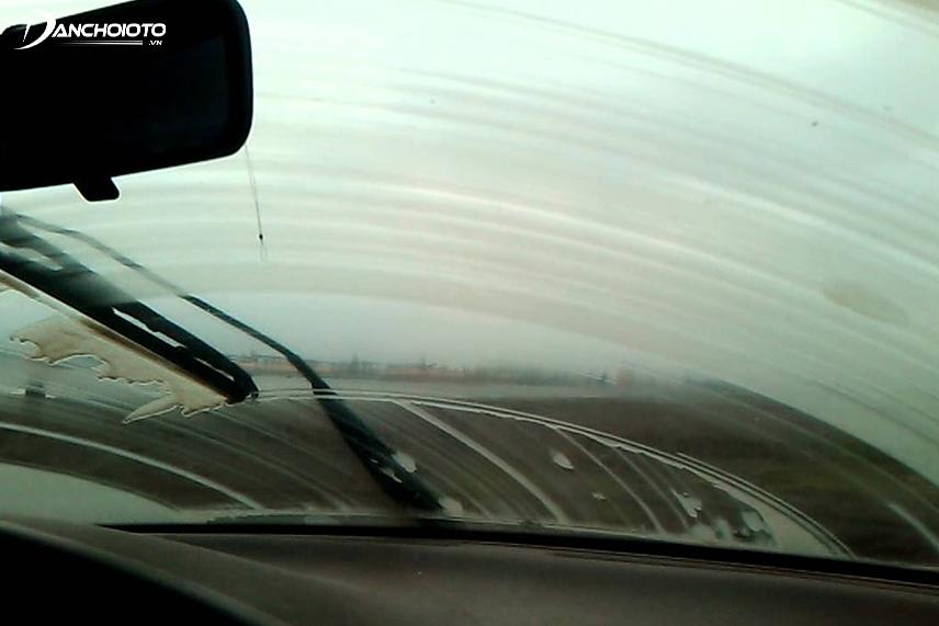 Gạt mưa xuống cấp gây cản trở nghiêm trọng tầm nhìn