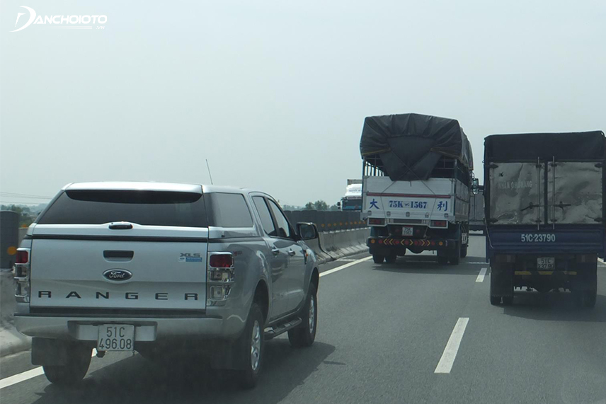 Hết sức thận trọng khi vượt xe tải, xe container