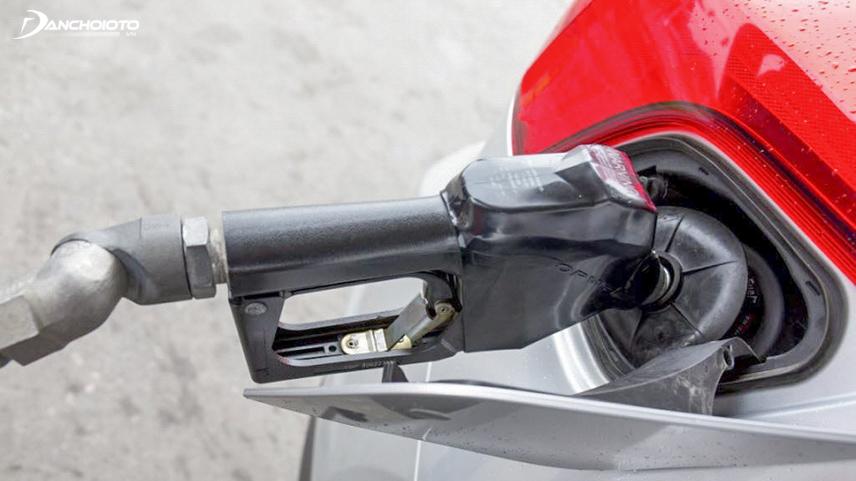 Khi nạp nhiên liệu cần tránh tình trạng xăng đầy tràn bình gây ố màu sơn
