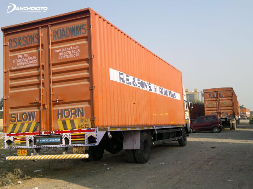 Không bám sát đuôi xe tải nặng, xe container