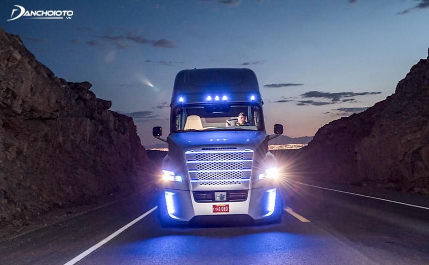 Không chạy ngay trước mũi xe container, xe tải nặng