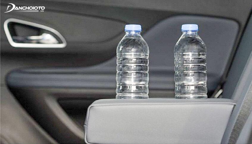Không nên để các loại nước đóng chai bằng nhựa quá lâu trên xe