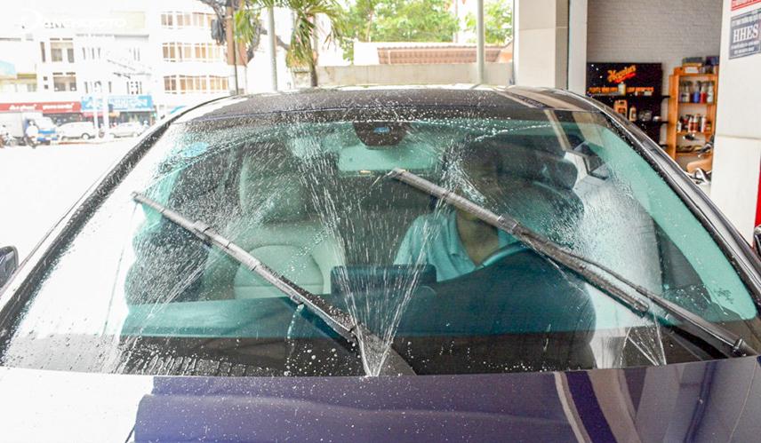 Không sử dụng gạt mưa xe ô tô để dọn bụi bẩn