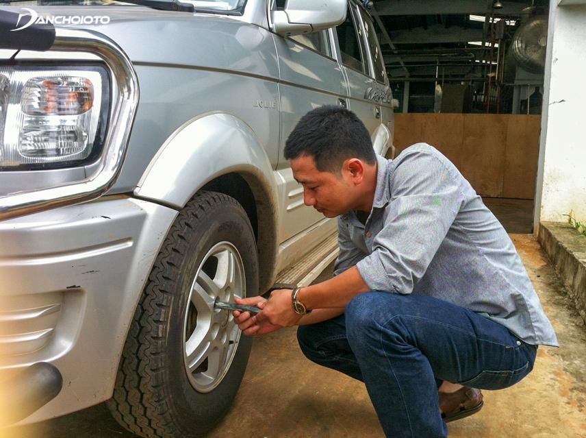 Kiểm tra lốp xe bao gồm việc đánh giá tình trạng mới của lốp xe
