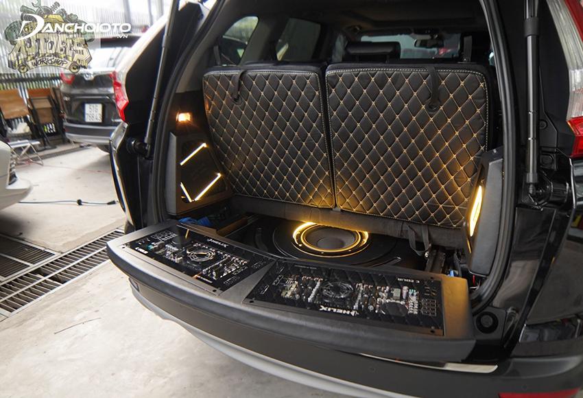 Loa trầm và loa siêu trầm Sub ô tô thường được lắp dưới gầm ghế xe hay cốp sau