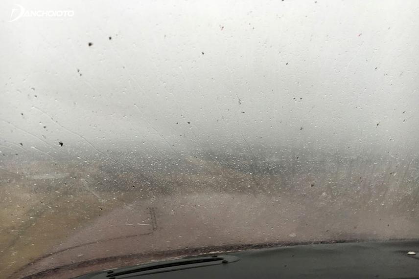 Lớp cao su trên gạt mưa chai cứng khiến mặt kính bị trầy xước