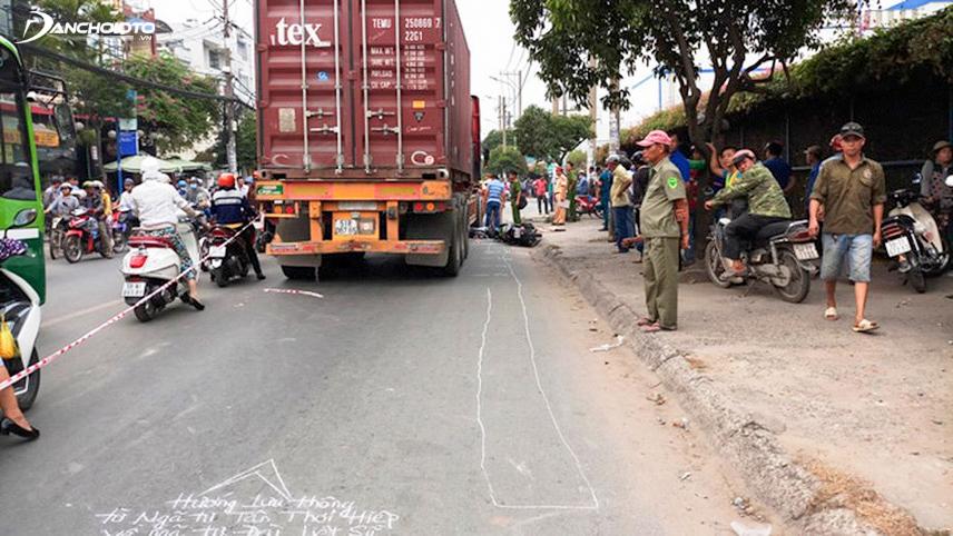 Luôn chừa một khoảng trống giữa xe tải, xe container và vỉa hè