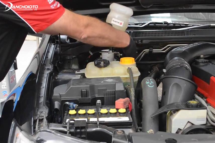 Nên thay dầu phanh ô tô 2 năm/lần