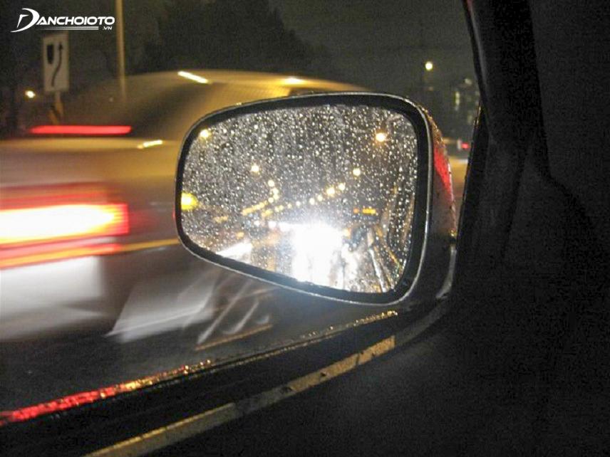 Nháy đèn pha ô tô xin vượt
