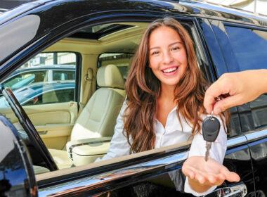 Phụ nữ mua xe ô tô, nên chọn xe số sàn hay số tự động?