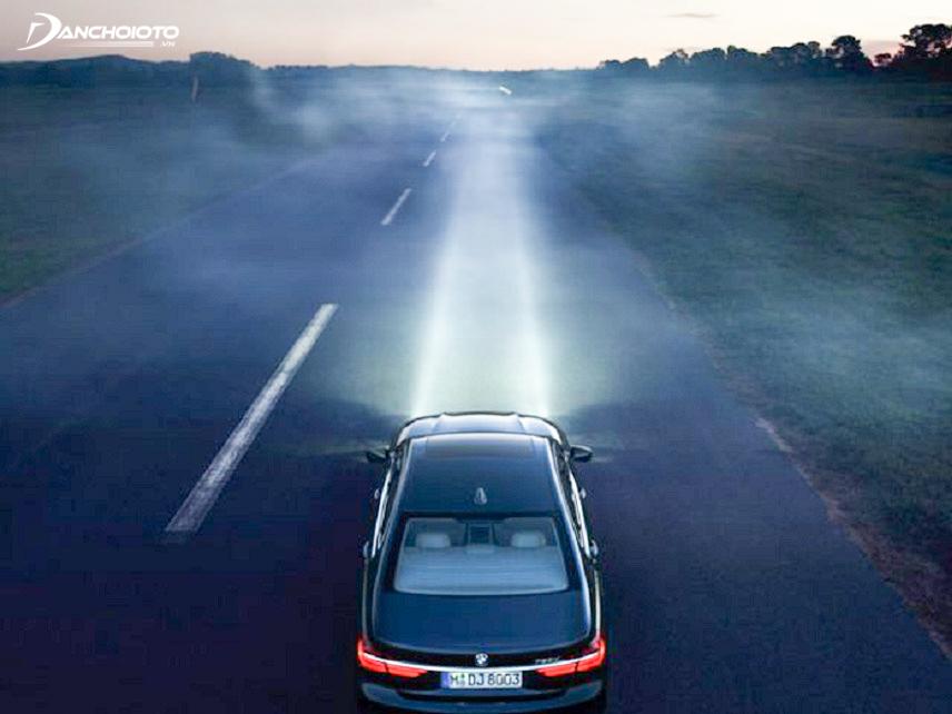 Sử dụng đèn pha trên đoạn đường ít xe đi lại