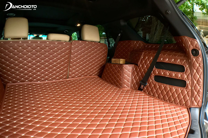 Carpet helps to protect the trunk, against scratches and impacts
