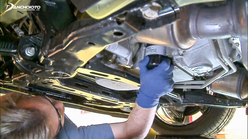 Thay dầu cho động cơ xe ô tô sau từ 5.000 - 10.000km