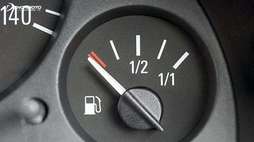 Tín hiệu đèn nhiên liệu báo hiệu gần hết xăng