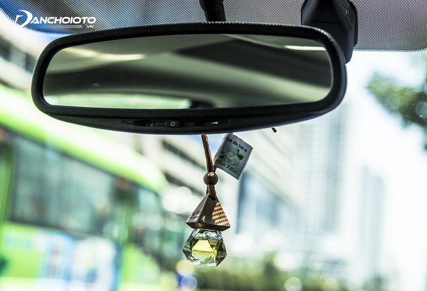 Tinh dầu treo xe ô tô là lọ tinh dầu nhỏ có nắp gỗ dùng để treo xe toả hương thơm