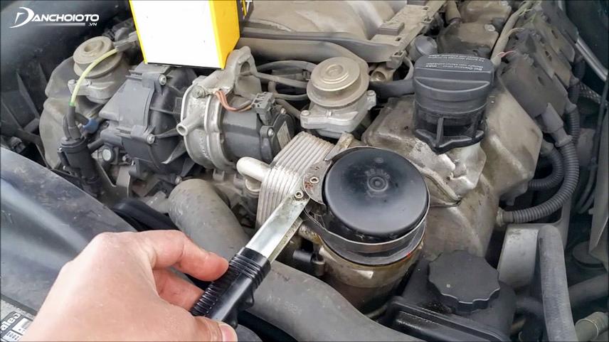 Xe rung do bu-lông đế máy bị hỏng