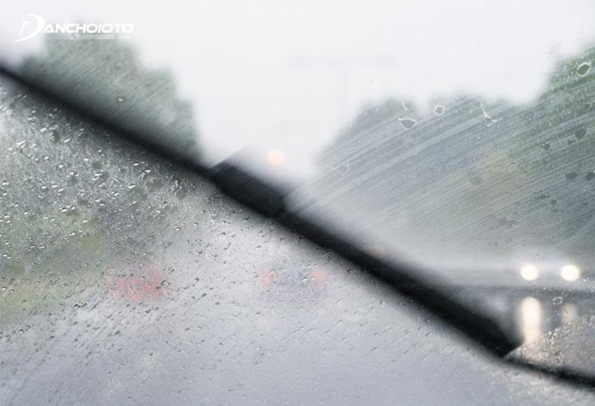 Gạt mưa tạo vệt, kính bị mờ nhoè