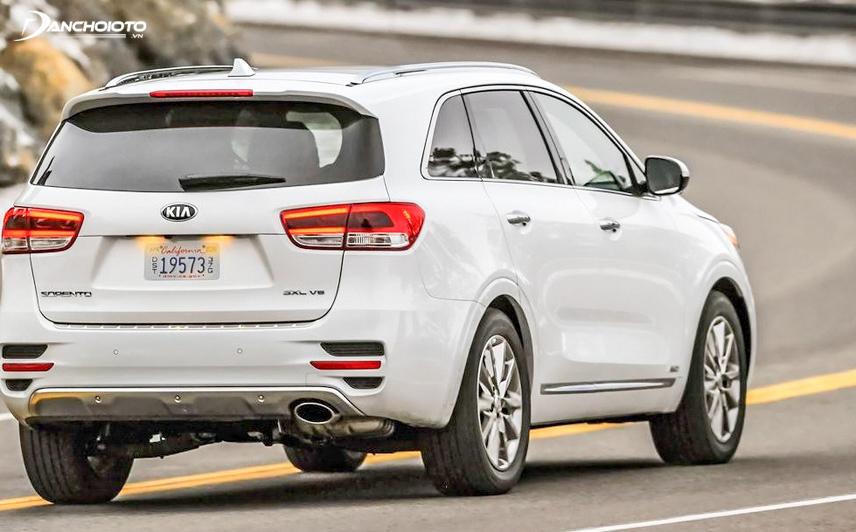 Gương chiếu hậu của Kia New Sorento 2016 có kích thước tương đối nhỏ so với thân xe