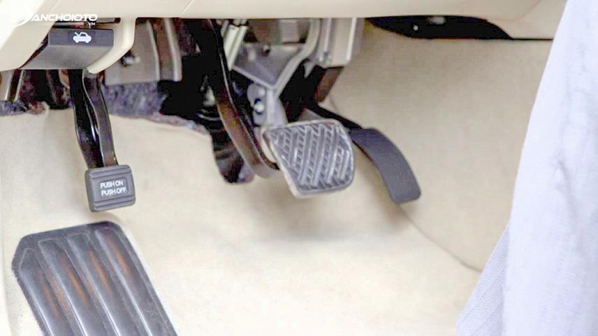 Độ mòn của chân côn, chân phanh cũng là dấu hiệu cần quan tâm để tránh mua phải xe taxi thanh lý