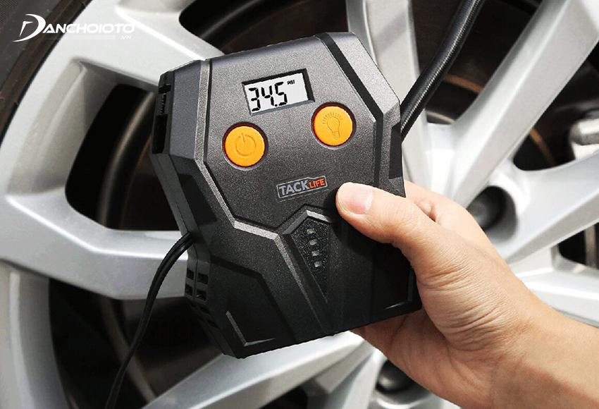 Máy bơm lốp ô tô mini giúp kiểm tra nhanh tình trạng áp suất lốp ô tô