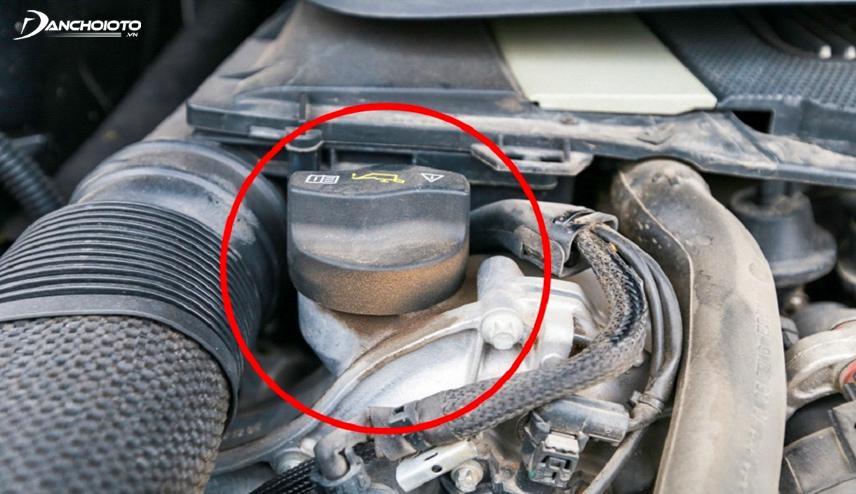 Những dấu vết của việc tràn dầu, chảy dầu trong máy xe là dấu hiệu cho thấy hệ thống máy xuất hiện vấn đề trục trặc
