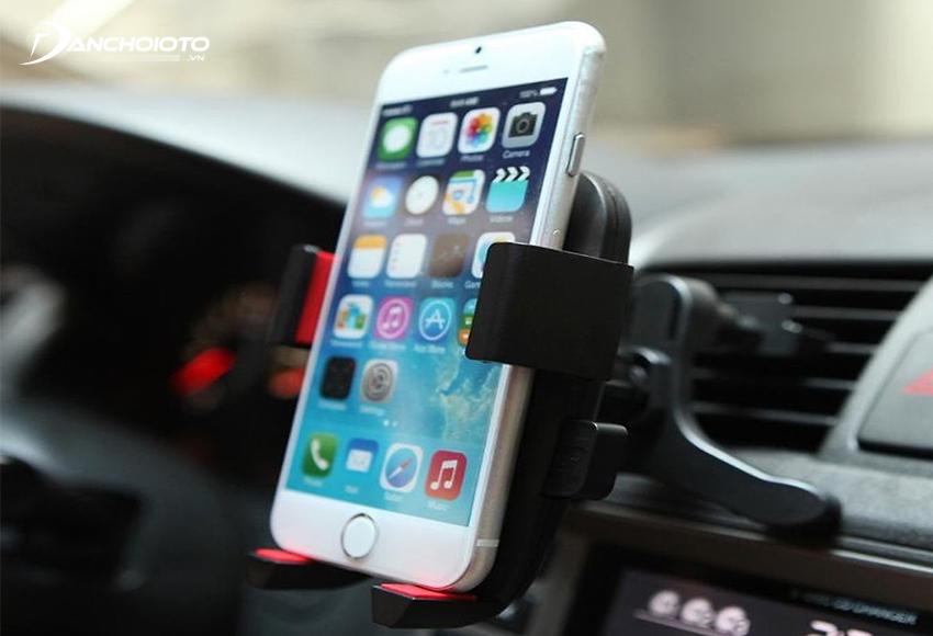 Giá đỡ điện thoại trên ô tô là một trong những phụ kiện cần thiết cho xe hơi