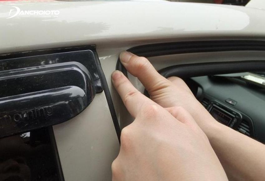 Gioăng cao su chống ồn ở mép ngoài khung cửa xe