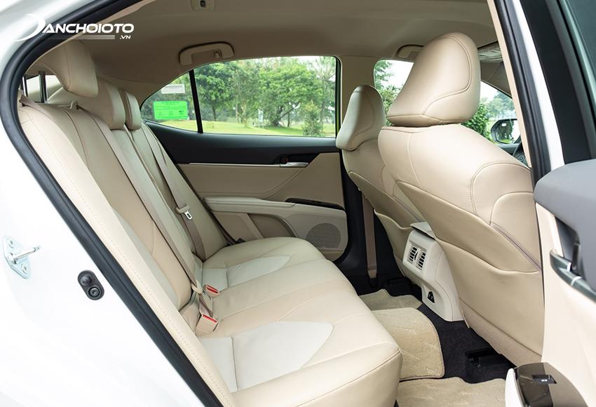 Không gian hàng ghế sau Toyota Camry rộng hàng đầu phân khúc