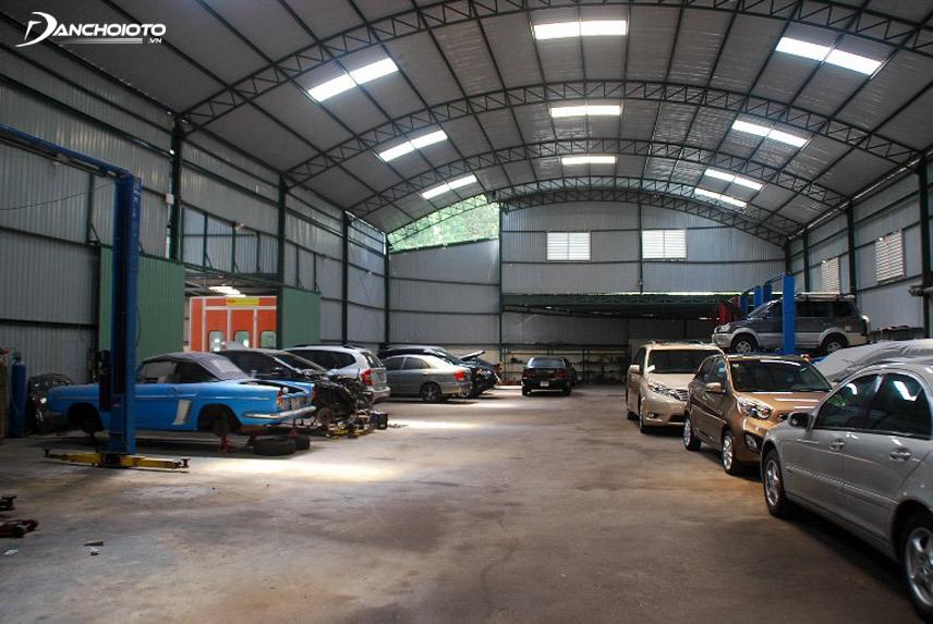 Mang đến gara, thợ sẽ giúp bạn kiểm tra toàn bộ chiếc xe và tư vấn giá cả