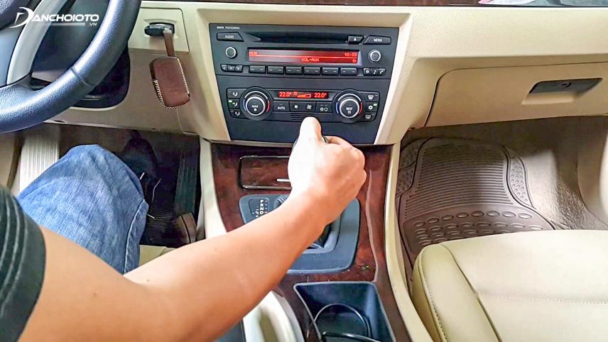 Kiểm tra cần số, chân côn trước khi lái thử xe