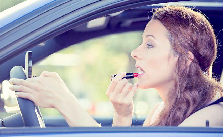 Phụ nữ thường có thói quen vừa trang điểm vừa lái xe