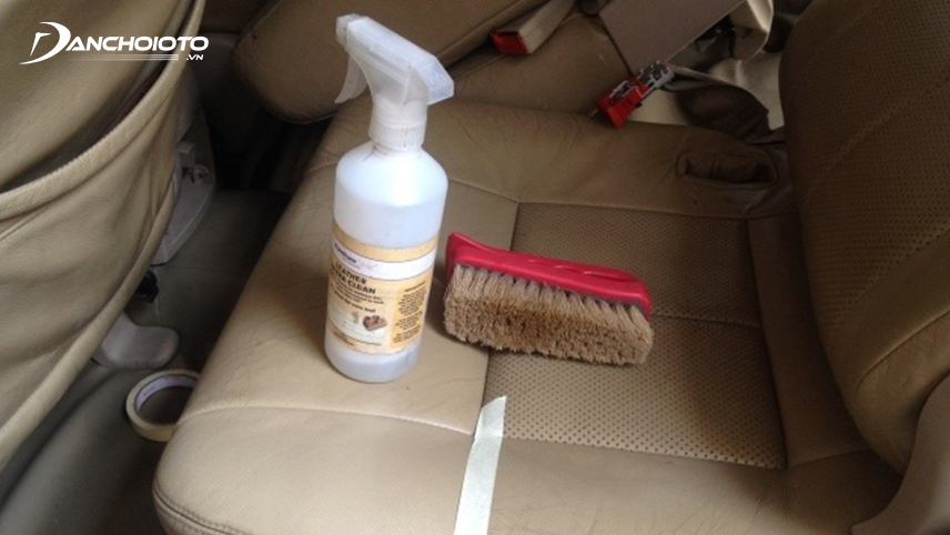 The brush is a useful tool to scrub away stains on the surface of the chair