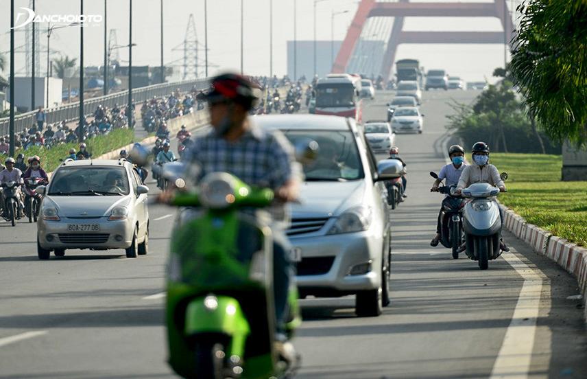 Khoảng cách hợp lý với xe máy phía trước là đầu xe che mất biển số xe máy thì nên dừng lại