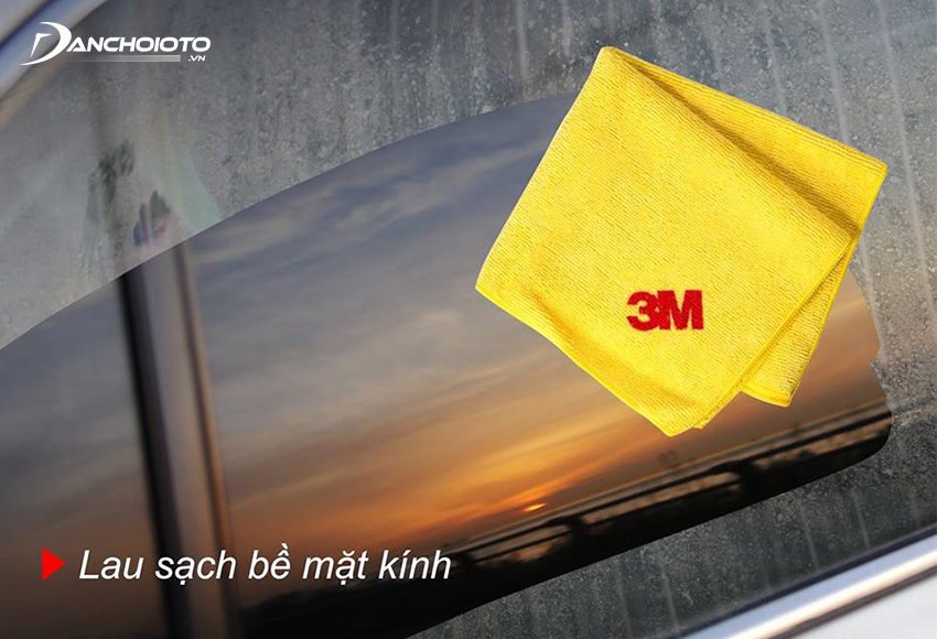 It is recommended to use scratch-resistant wipes in the process of cleaning car glass stains
