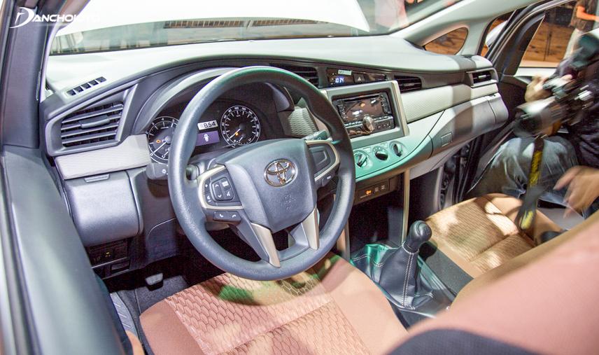 Nội thất trong cabin xe Innova cũng tương đối sang trọng và đẹp mắt