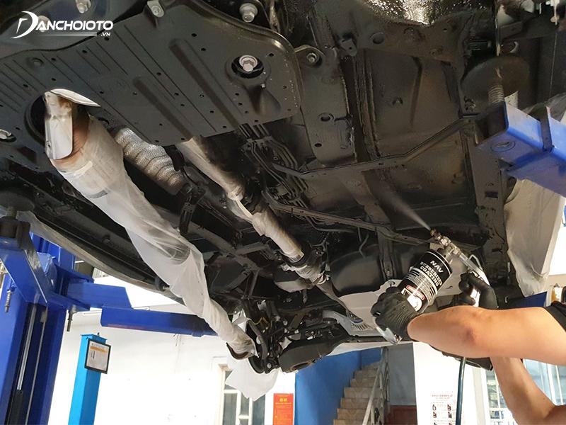 Phủ gầm ô tô là việc xịt phủ lên trên toàn bộ bề mặt gầm xe ô tô một lớp sơn hóa chất chuyên dụng