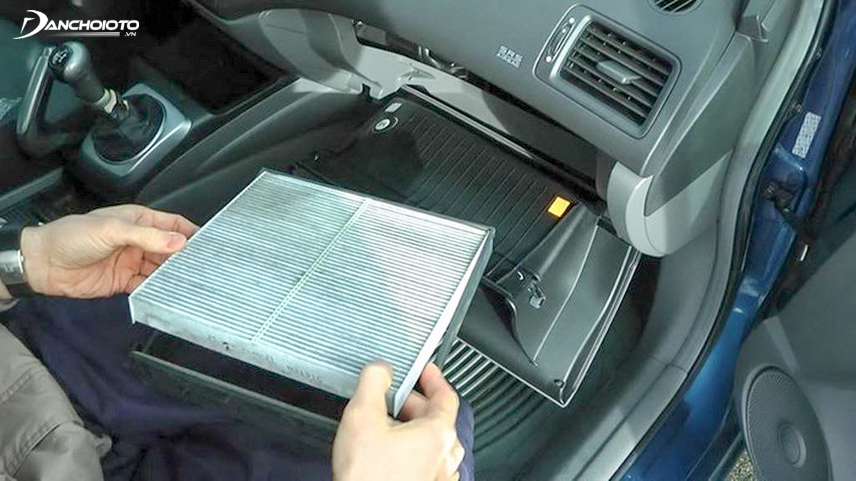 Cleaning the car air-conditioning filter