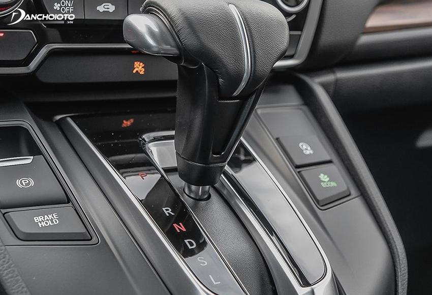 Bệ cần số của Honda CRV được dời lên cao, nằm sát với taplo