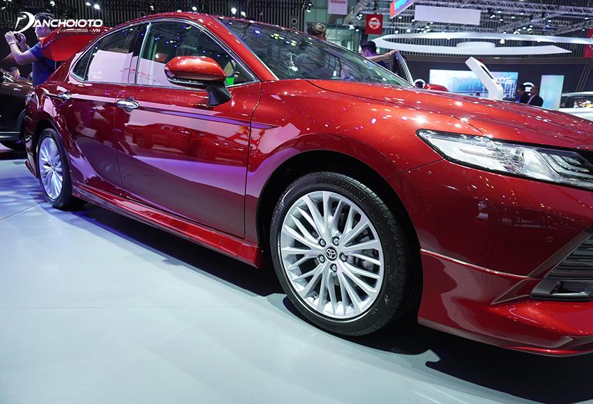 Cột trụ chữ A Toyota Camry mới mỏng và dốc hơn thế hệ cũ