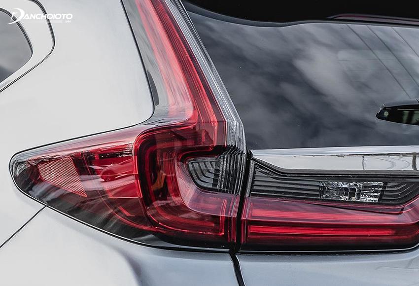 Đèn hậu CRV 2020 kiểu chữ L công nghệ LED gân guốc chạy dọc ôm theo cột chữ D