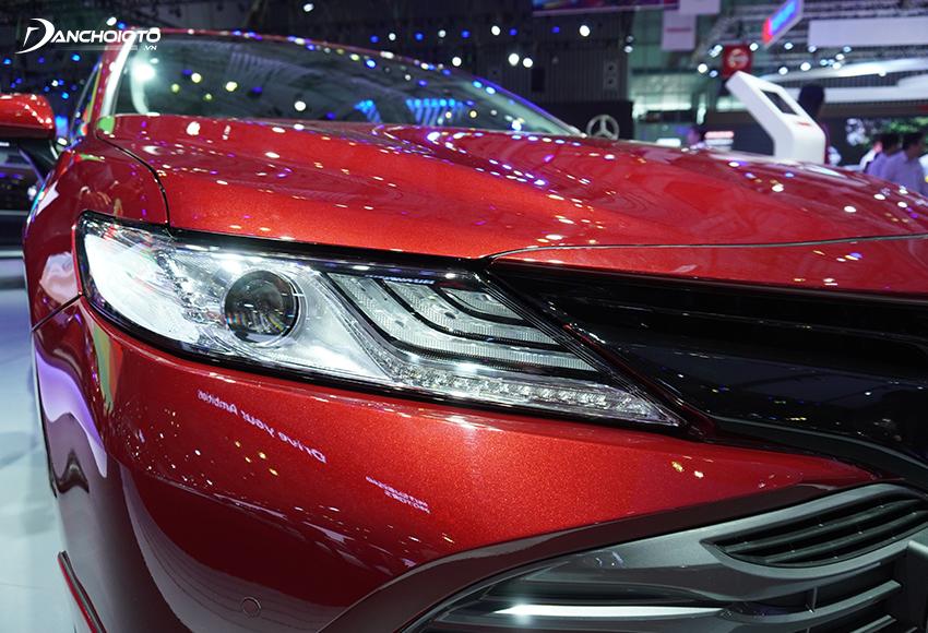 Đèn trước Toyota Camry 2020 chuốt mỏng, đường nét góc cạnh, công nghệ full LED rất sắc sảo