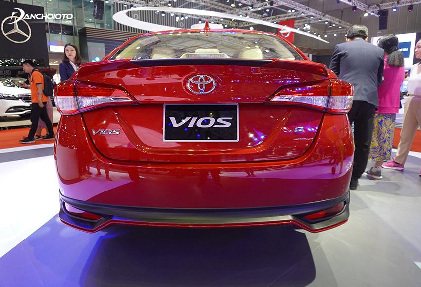 Đuôi xe Toyota Vios 2020 vẫn theo phong cách thiết kế tròn bầu, đầy đặn